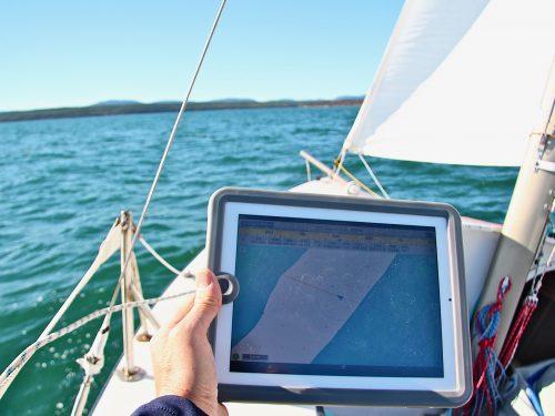 Écran multifonction, ordinateur embarqué, appareil mobile : trois scénarios de navigation électronique.